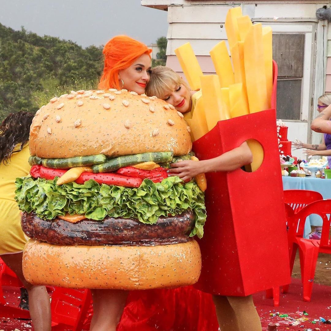 The best part of the new Taylor Swift video. 💕 #youneedtocalmdown #TS7 #lover #taylorswift #katyperry #katycats #swifties #yntcd 🍔♥️🍟#YNTCDmusicvideo @taylorswift13 @katyperry