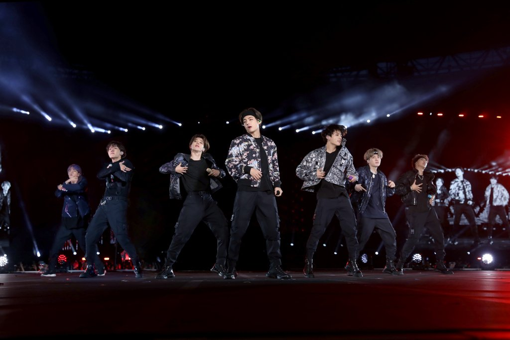 Following their fabulous world tour, LOVE YOURSELF: SPEAK YOURSELF, the wildly popular global boy band @BTS_twt lit up the stage in Paris on June 7th, dressed in custom Dior by Kim Jones. #StarsinDior<br>http://pic.twitter.com/tm1WBGzcrp