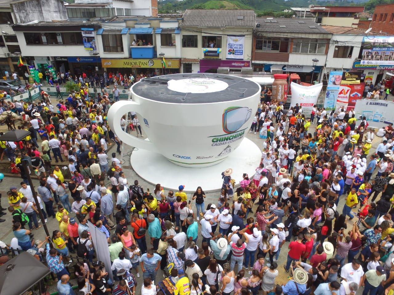 """كولومبيا تدخل موسوعة غينيس """"بأضخم فنجان قهوة في العالم"""" (صور)"""