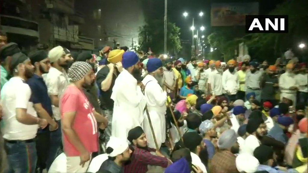#Delhi UPDATE : ऑटो चालक सरबजीत सिंह से मारपीट प्रकरण  मुखर्जी नगर में लोगों का विरोध प्रदर्शन, मामले में तीन पुलिस कर्मियों को निलंबित कर दिया गया है @ArvindKejriwal