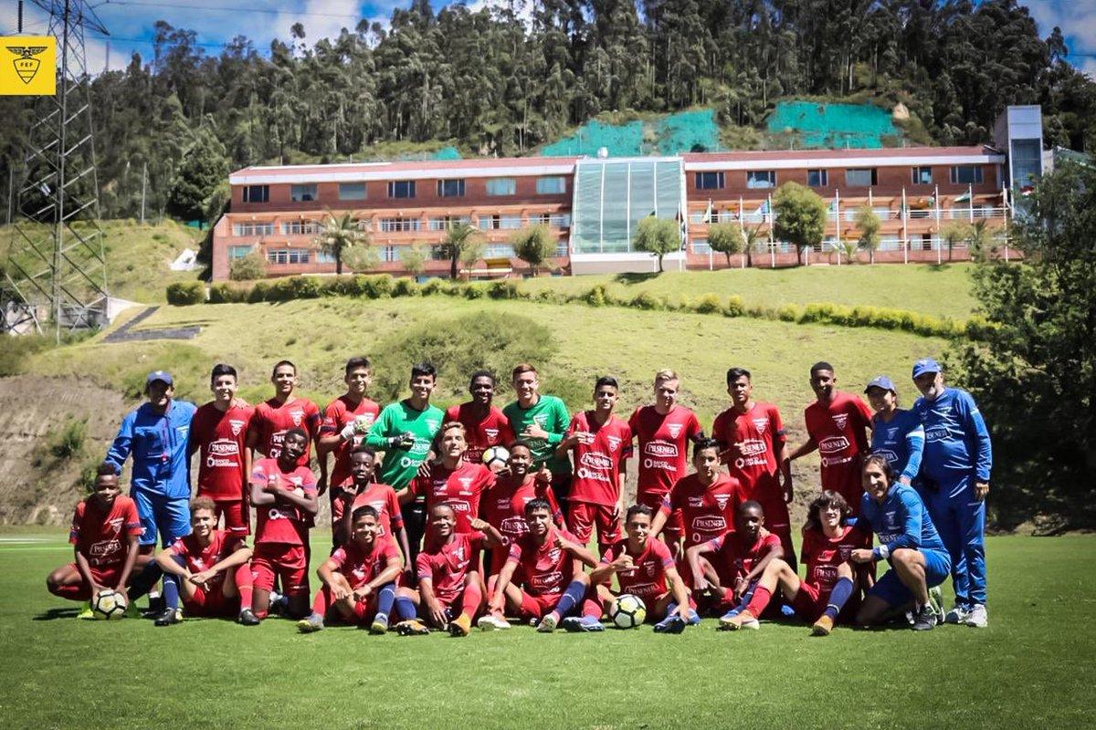 ¡Cimentar los objetivos ofensivos y defensivos, es el propósito del microciclo #Sub15 que arrancó en #Quito este #felizlunes! @ElVitola81 @edumoscoso10 🇪🇨