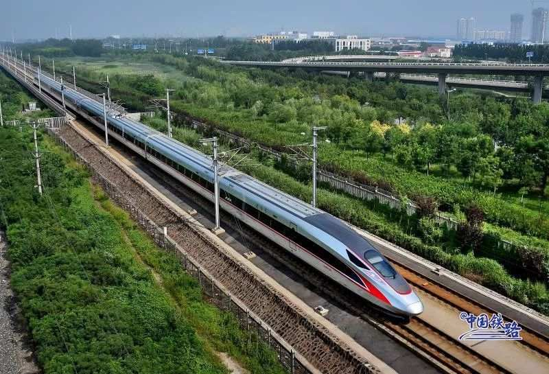 China State Railway Group became a new group corporation on Tuesday in an effort to make the company more market-oriented and improve corporate governance of the country's railway network.