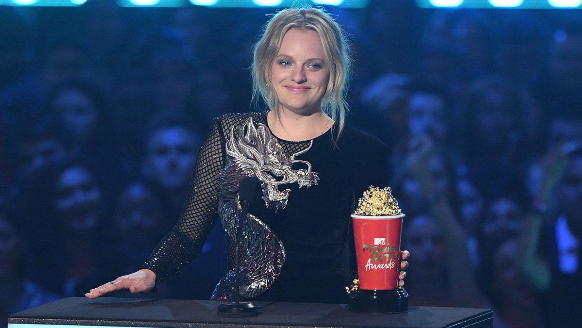 Elisabeth Moss wins Best Performance in a Show for her role in #HandmaidsTale! #MTVAwards <br>http://pic.twitter.com/gTrEtQSYE0