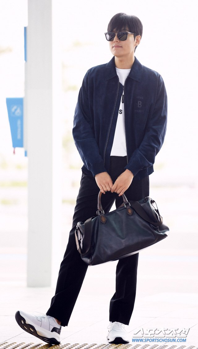 Lee Min Ho spotted at the airport heading to Paris for BERLUTI Collection show~! <br>http://pic.twitter.com/dEJzuRytaP