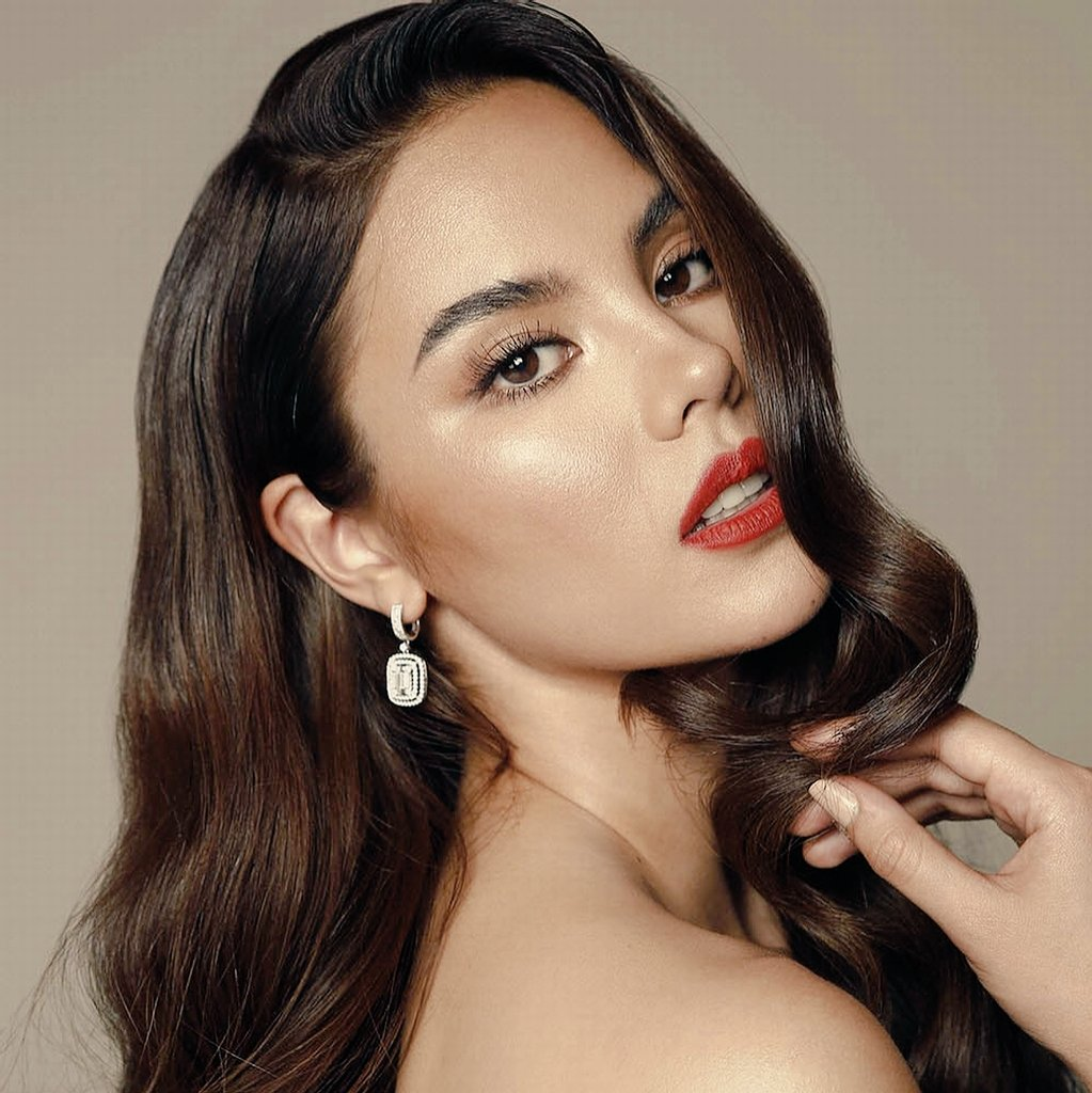 All hail the Queen  #CatrionaGray #MissUniverse<br>http://pic.twitter.com/oGNaaT6Xld