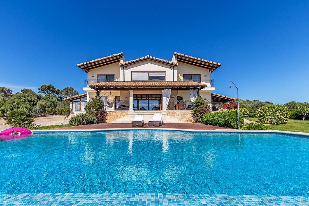 Villa mit filmreifem Treppenaufgang und Meerblick