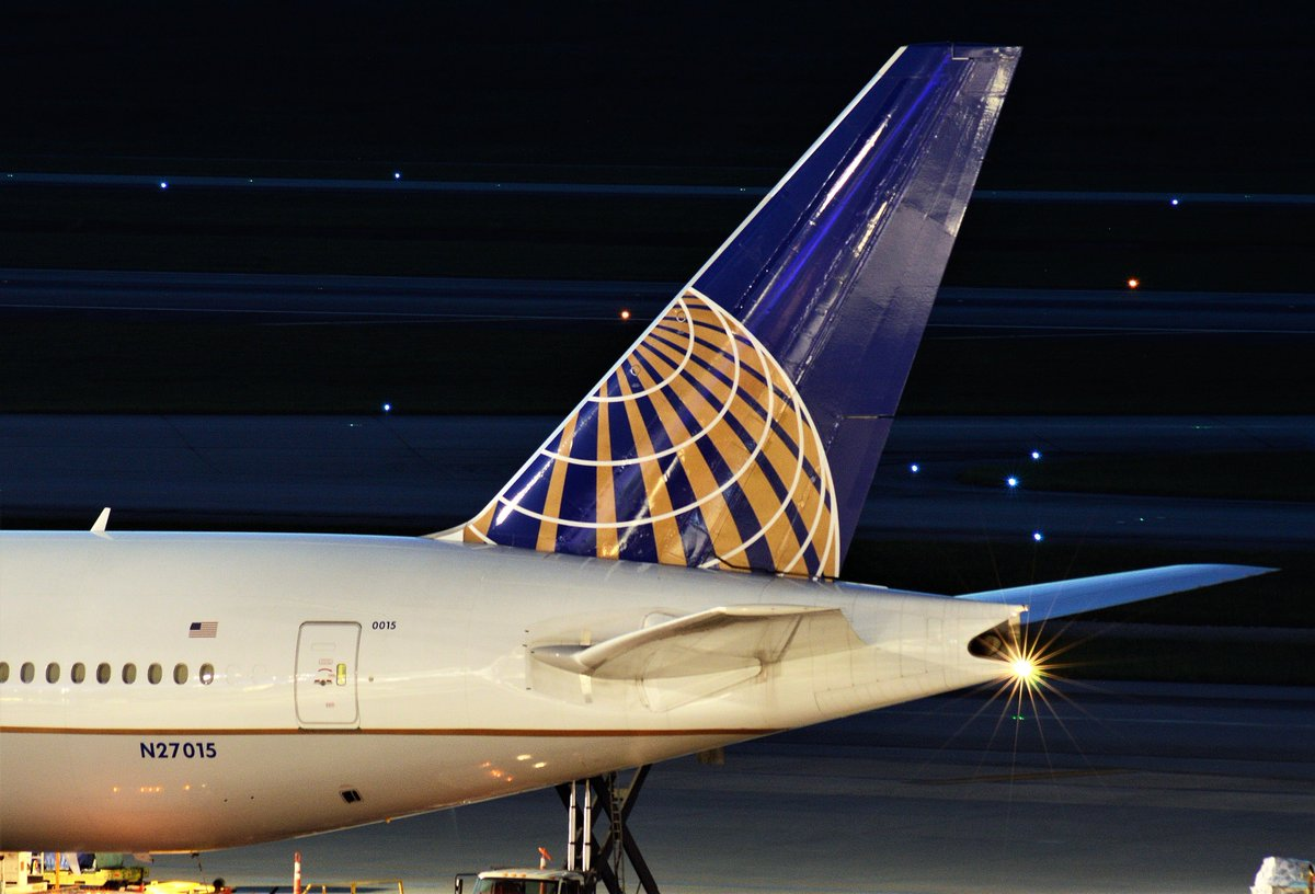 #TailTuesday @United @Boeing 777-224ER (N27015) @IAH #Airport #Houston #AvGeek #Boeing777 #B777 #Aviation #Aviationphoto #Aviationphotography #Planes