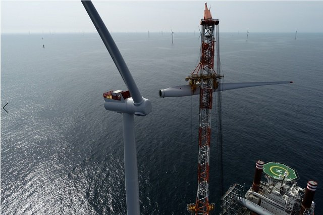 Grimsby hits 2GW of offshore wind installed capacity:  https://www. business-live.co.uk/technology/2gw -offshore-wind-capacity-now-16445498   … <br>http://pic.twitter.com/zpgt6N4nHK