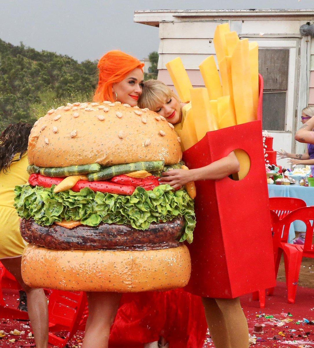 Taylor Swift เผยว่าตอนแรกไม่ชัวร์ว่าจะเปิดเผยความสัมพันธ์กับ Katy Perry ดีหรือไม่จนกระทั่งมาทำ mv เพลง YNTCD เทย์เลยลองชวนแขมา สรุปนางมาจริงๆ โดยเทย์ได้ไอเดียชุดคู่จากชุดของแขใน Met Gala และคิดว่าไม่มีอะไรจะเข้ากันได้ดีไปกว่า burger & french fries อีกแล้ว ฮืออน่าร้ากกก 🍔🍟💗 https://t.co/8CyEZlbDfj