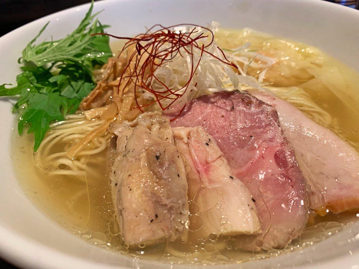 【麺屋 翔】@東京:新宿駅から徒歩7分香彩鶏だし特製塩ラーメン(990円)を食べられるお店。上品さを感じる鶏の香りと、ほどよい塩加減のコンビネーションが最高!スープが麺に絡んで美味しくいただけます!あっさり風味で、スープを飲み干したくなる衝動を抑えきれません!