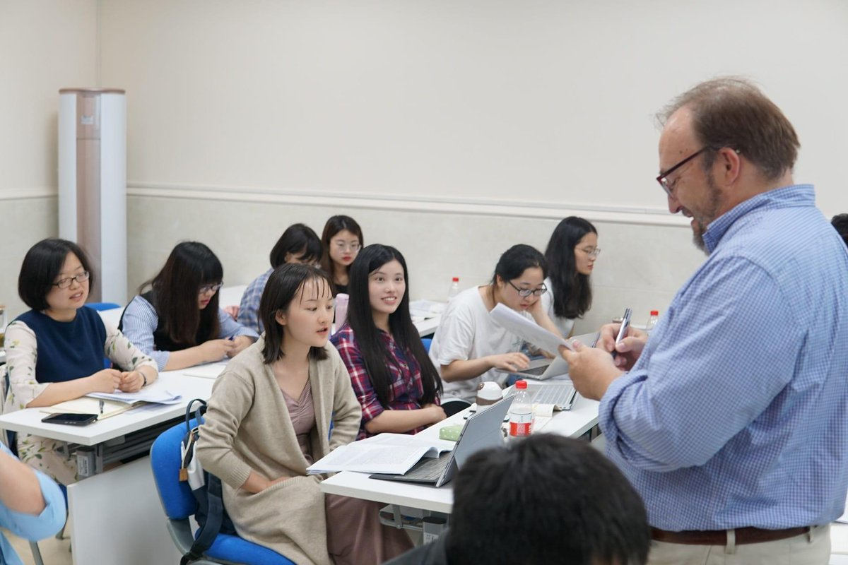 The #history of the #AmericanSouth can hold important lessons for global audiences—such as in #China, where @RiceUniversity professor and @JourSouHist editor Randal Hall spent time in May teaching U.S. Southern history to Chinese scholars.  https://news.rice.edu/2019/06/11/an-americanist-in-chongqing/…
