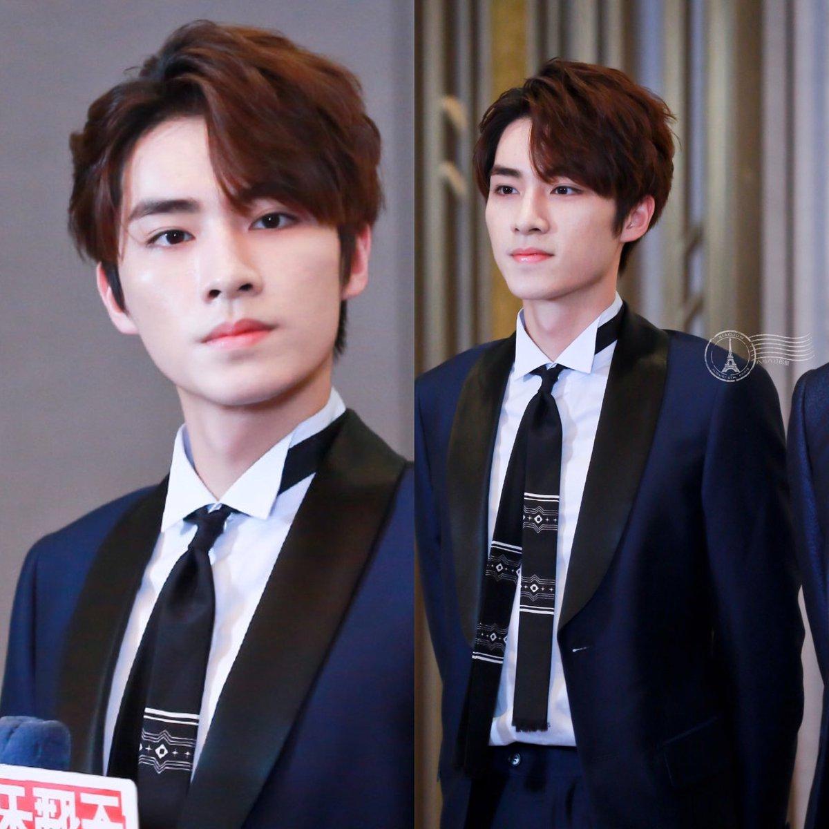 unseen xiaojun suit pics from the event!<br>http://pic.twitter.com/kkrLEtc96h