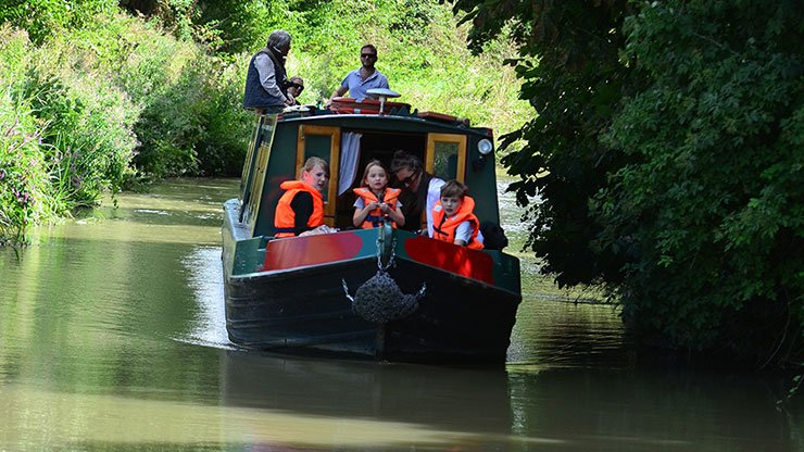 Family holidays on the canal can be magical.  RYA Inland Waterways Instructor Trainer and Chief Instructor at Castaway Canal Boats on the Kennet and Avon Canal, gives us #TopTips for safe boating with children https://t.co/OClJOpFfUd #RYAKnow #InlandWaterways