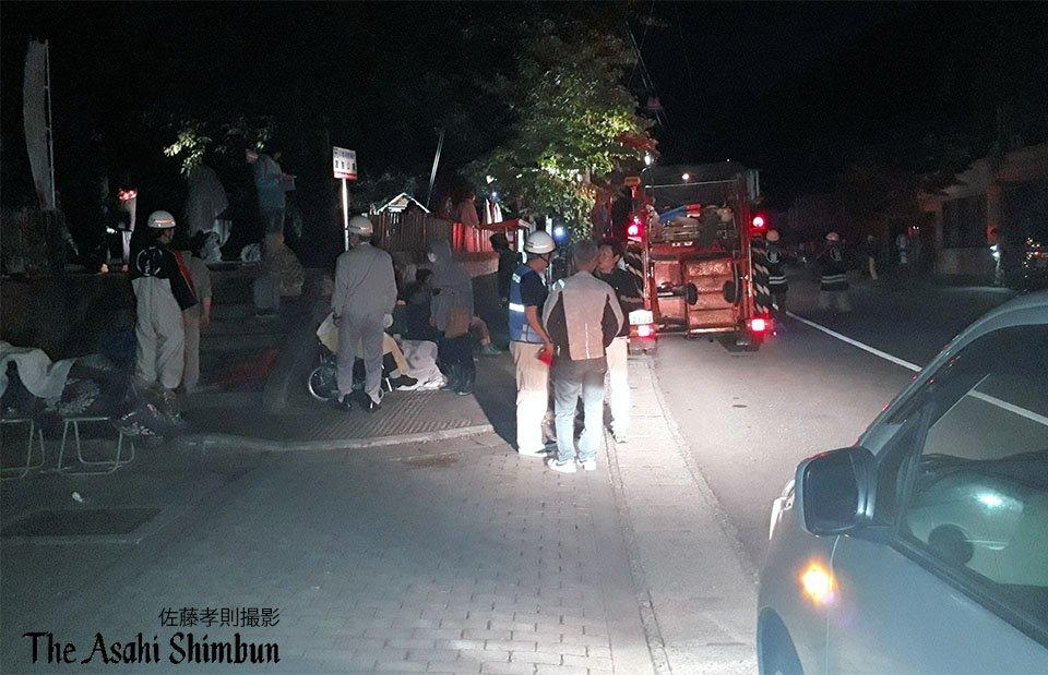 画像,https://t.co/9p8moNTtI9地震後、山形県鶴岡市の公園に一時避難してきた住民の人たちです。18日午後11時57分撮影(中)#新潟地震 http…