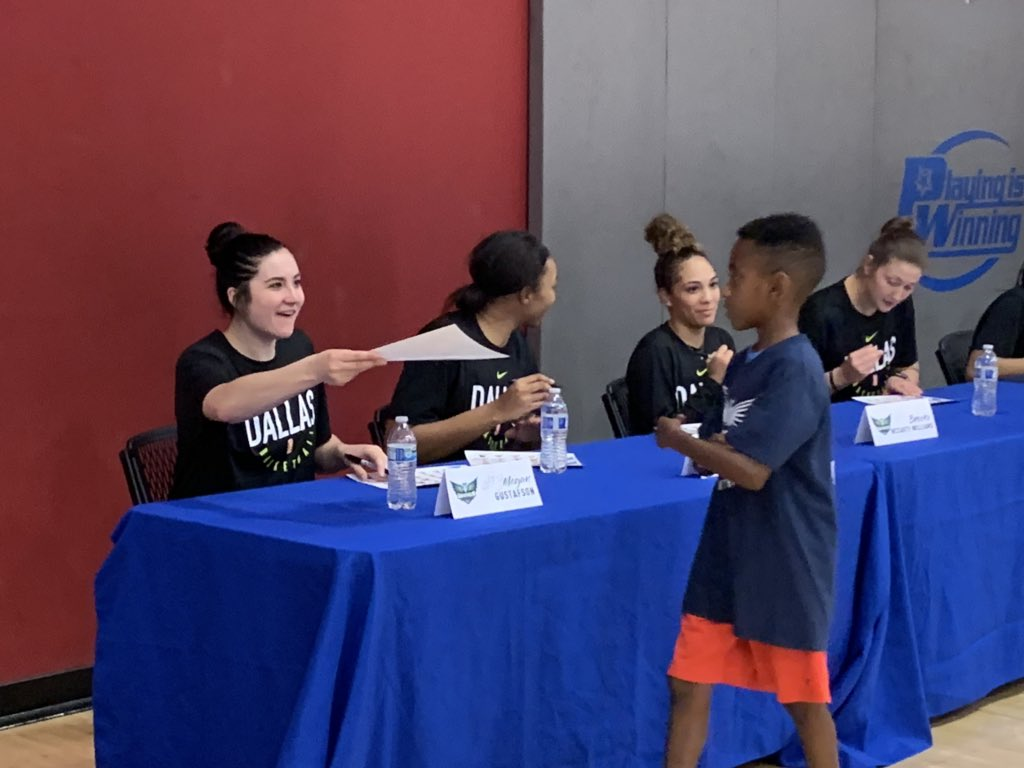 The @DallasWings wrapped up their youth clinic with an autograph session and a group photo. #MoreThanBasketball #ThisIsWhyWePlay #WNBA <br>http://pic.twitter.com/fsLYwzIkFw – à Elzie Odom Athletic Center