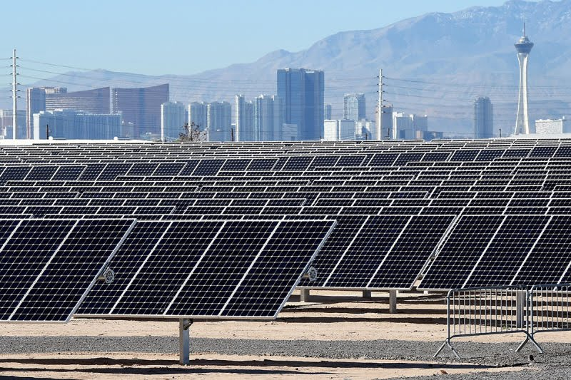 This is the 102-acre, 15-megawatt Solar Array II Generating Station at Nellis Air Force Base in Las Vegas,Nevada #ClimateAction<br>http://pic.twitter.com/Fv5SevMa30