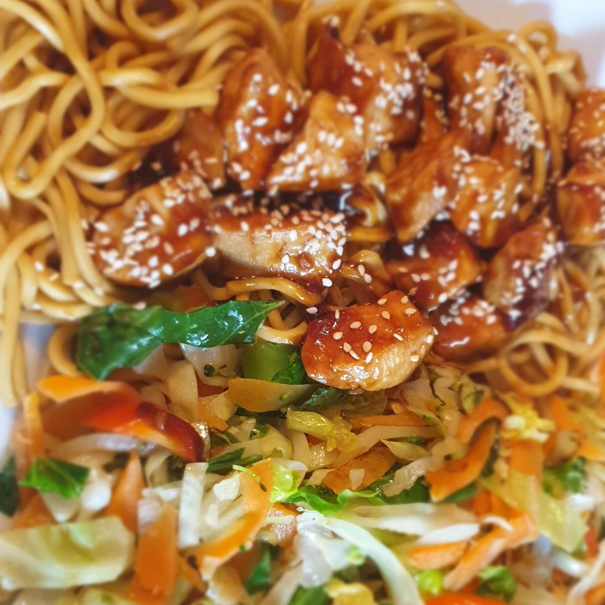 Sw chubby Cubs sticky sesame chicken with stir fry veg and noodles, bloody lush http://twochubbycubs.com/2018/02/08/instant-pot-sticky-sesame-chicken/… #slimmingworld #twochubbycubs #sesameseed #chicken