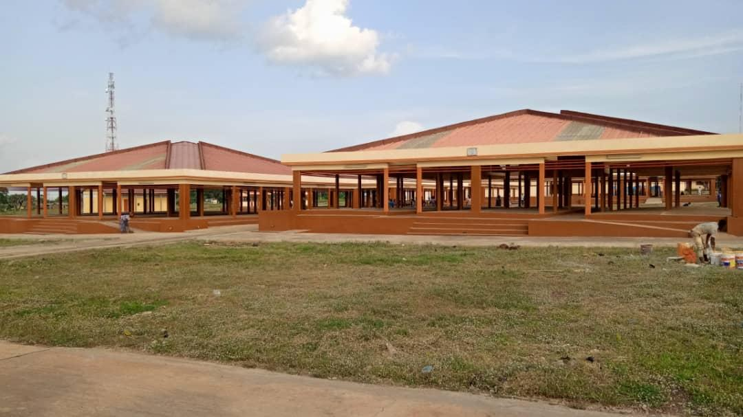 Le président @FEGnassingbe a inauguré ce 18 juin le nouveau marchépréfectoral construit par l'ANADEBsur financement du PUDC à hauteur de 450 millions de FCFA. Il est composé de  8hangars, 10 boutiques 1bloc administratif 1e boucherie 2 bloc latrines,  4magasins, 1forage d'eau.