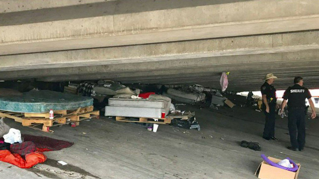 Growing homeless camp under I-10 cleared by deputies  https:// abc13.co/2NayUIz     <br>http://pic.twitter.com/EqiVqZOntD