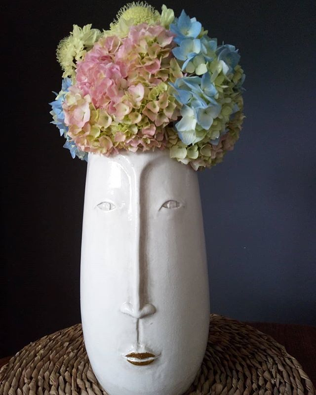 Am in love with my new vase....how do you like her titfer? • #flowerpower🌸 #flowermagic #englishflowers #hydrangeas #ilovemyjob http://bit.ly/2Kn1GDn