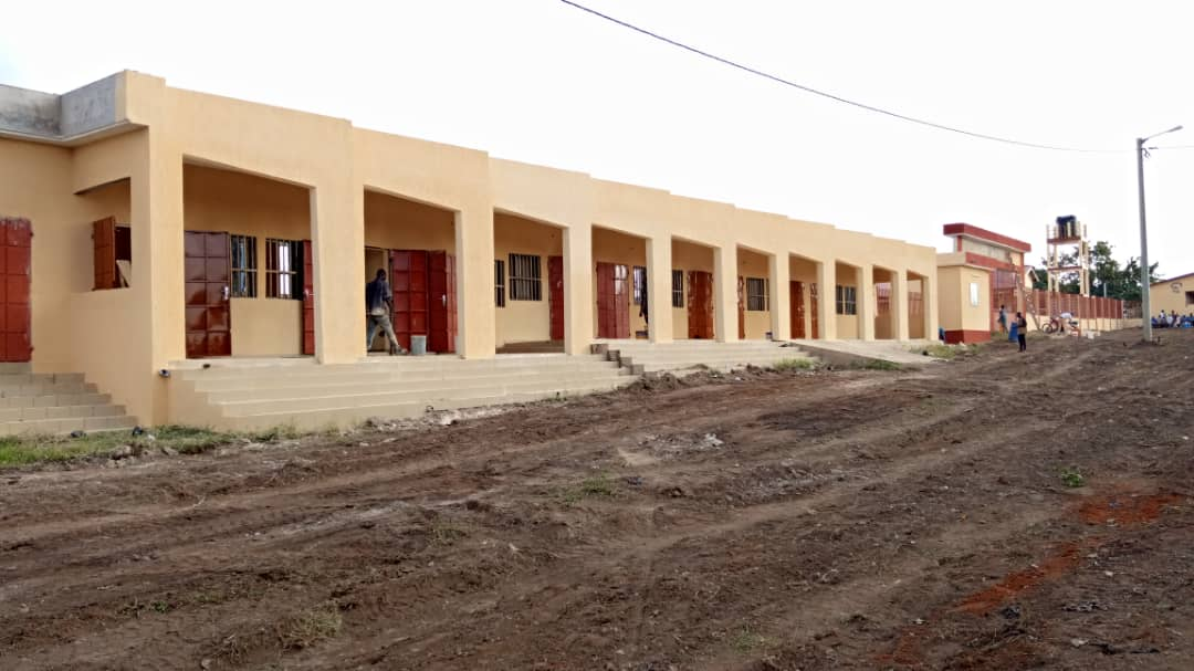 D'un coût total de 450 millions francs CFA, la construction de ce marché a été entièrement financée par le PUDC qui a pr objectif d'améliorer de façon significative les conditions de vie des populations vivant ds les zones peu ou mal desservies par les infrastructures.