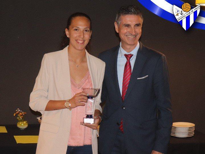 Nuestra espartana @cinta_rod  acaba de recibir el premio que otorga la revista Recremanía como mejor jugadora del Sporting Puerto de Huelva esta temporada.  Enhorabuena a los galardonados y gracias a esta publicación por hacernos un hueco temporada tras temporada.  #LigaIberdrola