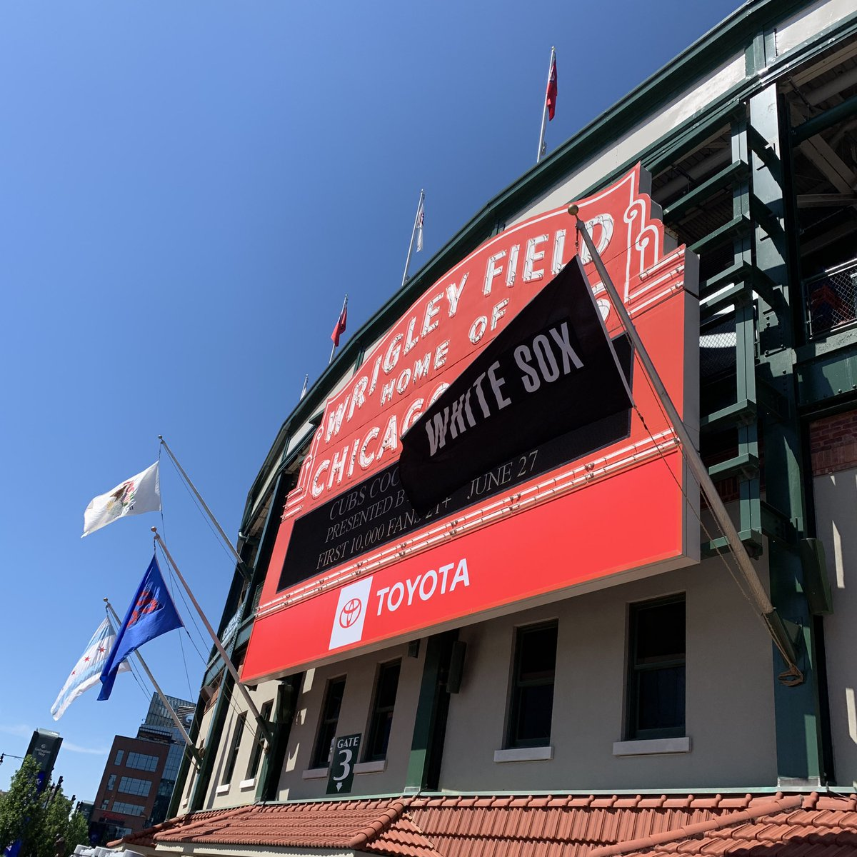"""""""Wrigley Field Home of the Chicago White Sox"""" <br>http://pic.twitter.com/64nvUyozHg"""