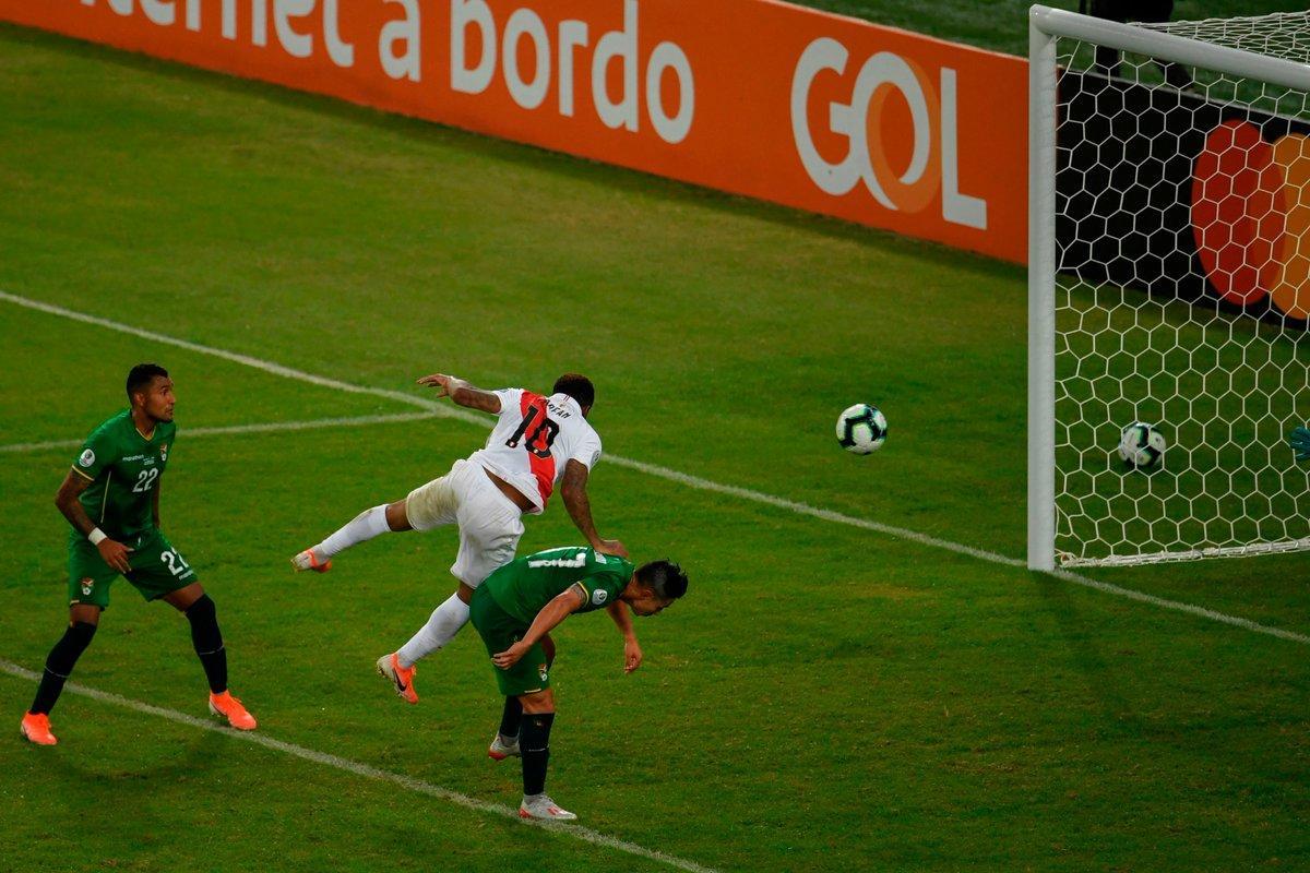 КА. Экс-форвард Шахтера наказал за ошибку игрока Динамо, но сборная Перу все равно выиграла у Боливии - изображение 3
