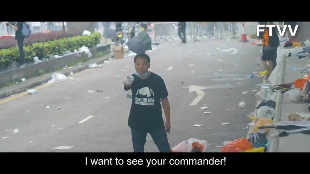 """告诉你什么叫勇气。 他迎着爆炸的催泪瓦斯弹、向着全副武装的警察走过去,用手怒指着他们:""""我要见你们长官!(I want to see your commander!) 他叫胡志伟,香港立法委员,民主党主席。"""