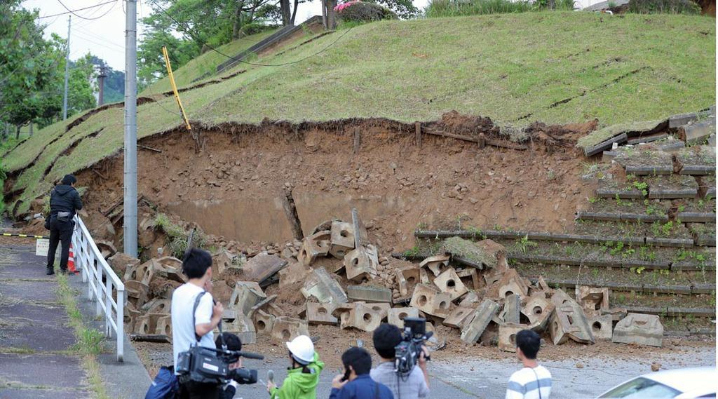 画像,【新潟地震】山形県沖を震源とし、新潟県村上市で震度6強を観測した地震の影響で、市内を南北に貫く国道345号で落石が発生。対策本部に向かう途中、事故に遭った村上市…