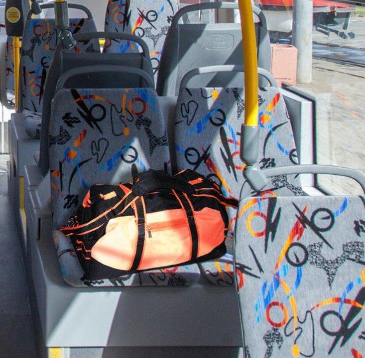 картинка забытые вещи в автобусе придает чертам французский
