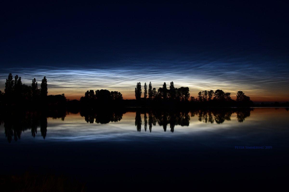 Las nubes noctilucentes flotan tan altas que se pueden ver mucho después del anochecer. Son las nubes más altas conocidas y se cree que forman parte de las nubes mesosféricas polares. Imagen tomada Al norte de Zwolle, Países Bajos,   https://apod.nasa.gov/apod/astropix.html…