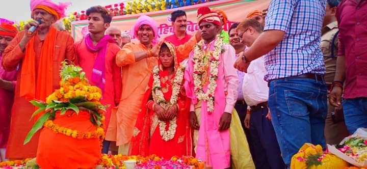 खपड़िया बाबा के आश्रम पर 221 जोड़ो की सामूहिक शादी रीति रिवाज के साथ सम्पन्न हुई, साथ ही पाँच मुस्लिम वर-वधू का निकाह भी सम्पन्न हुआ।इस कार्यक्रम में मा. सांसद वीरेंद्र सिंह मस्त जी,जिलाधिकारी महोदय,एसपी महोदय सहित जिला के सभी अधिकारी व कर्मचारी उपस्थित रहे।@BJP4UP @BJP4India