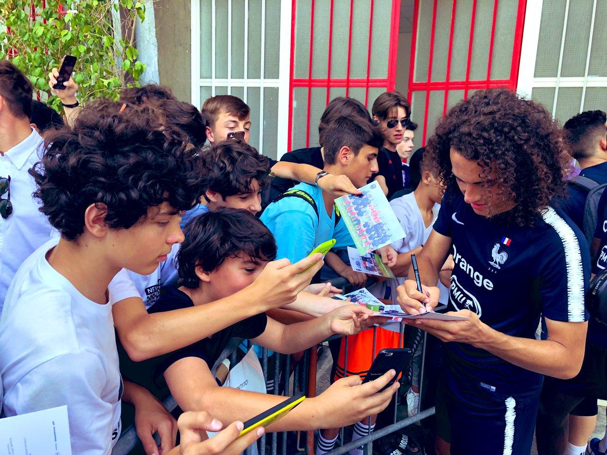 Suivi d'une séance de selfies et dédicaces avec les jeunes Italiens venus assister à l'entraînement ! 📸✍️