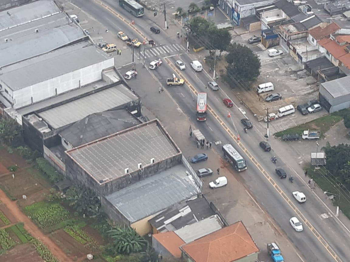 FATAL - Uma mulher morreu atropelada por um carro na Avenida #Sapopemba, sentido bairro, antes da Avenida Satélite, em #SãoMateus. Todas as faixas foram bloqueadas na direção do bairro. Uma faixa reversível foi implantada. A perícia é aguardada no local. Fotos do Robson Ramos. pic.twitter.com/haX0Lkf3MZ
