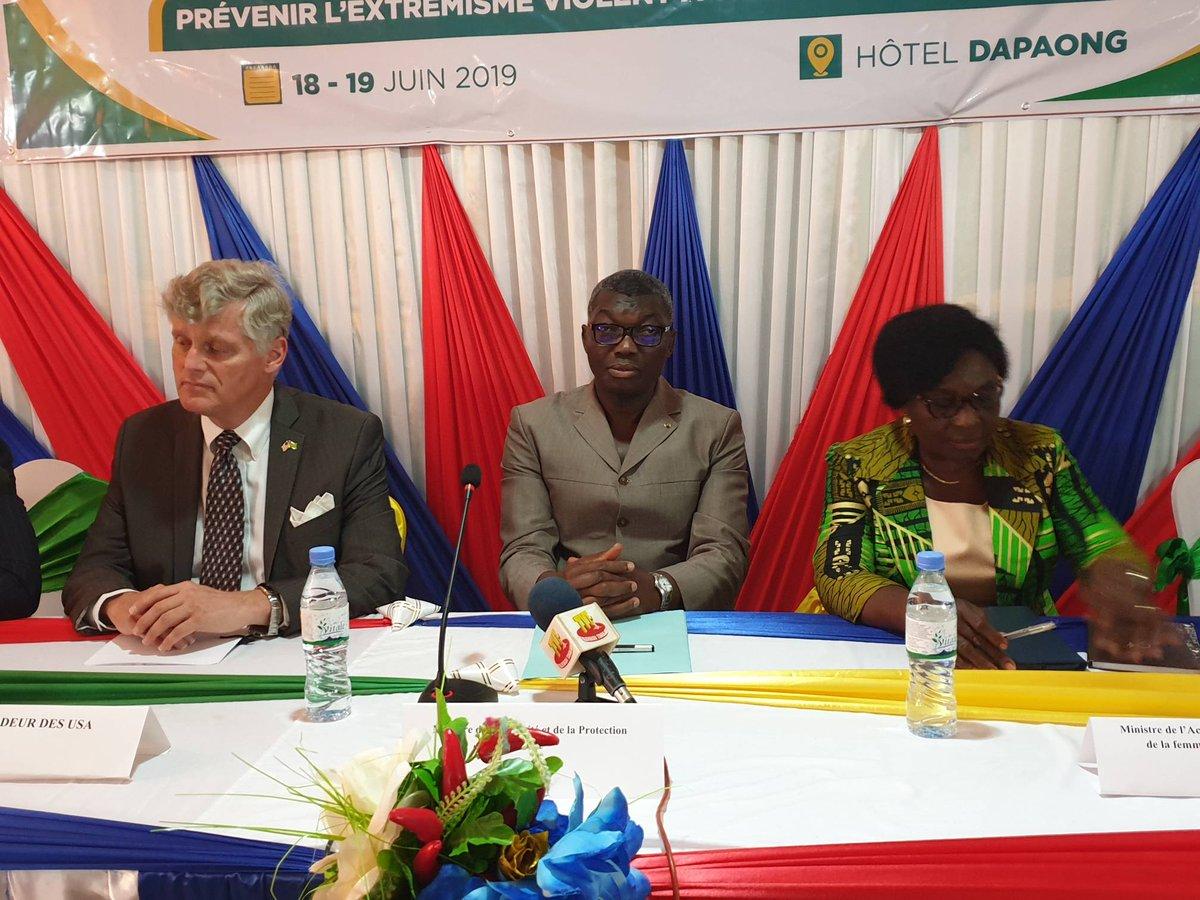 """L'ambassadeur des USA #EricStromayer et le ministre de la Sécurité #YarkDamehame ouvrent la conférence """"Prévenir l'#extremismeviolent par la cohésion sociale"""" à #Dapaong, a 625km de Lomé. Défense, police, administration, femmes et jeunes leaders parmi les participants."""