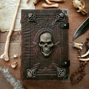 RT @Vinzmagicien: Grimoire à sortilège pour y écrire toutes vos incantations et autres secrets des plus mystérieux, travail réalisé par la boutique millecuirs. Qu'est ce que vous pensez de ce modèle ?    #magie #magic #livre #cuir #design #artiste #handm…