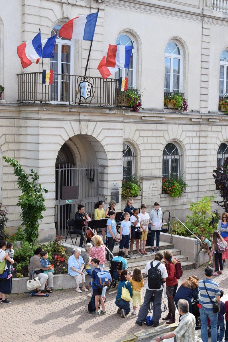 #FeteDeLaMusique à #BLR ? C'est l'occasion pour les musiciens en herbe de s'emparer des rues de la Ville et faire vivre leur musique !  RDV le 21 juin, 18h30, devant l'Hôtel de ville pour un concert proposé par les classes de flûte traversière & trombone du Conservatoire 🎼🎷