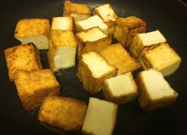 早い!安い!超旨い!!ダイエットしてなくても食べたい簡単痩せ飯<br><br>「厚揚げの黒胡椒ソース」<br><br>厚揚げ250gをごま油小さじ2でこんがり焼き、醤油、みりん、酒を大さじ1弱ずつ、砂糖小さじ1/4、片栗粉小さじ1弱、味の素3振り、たっぷりの黒胡椒を混ぜたタレを入れとろみがつくまでサッと煮絡め完成!!