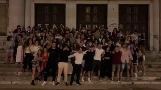 Maturità, i liceali di Bari cantano in coro 'Nott...