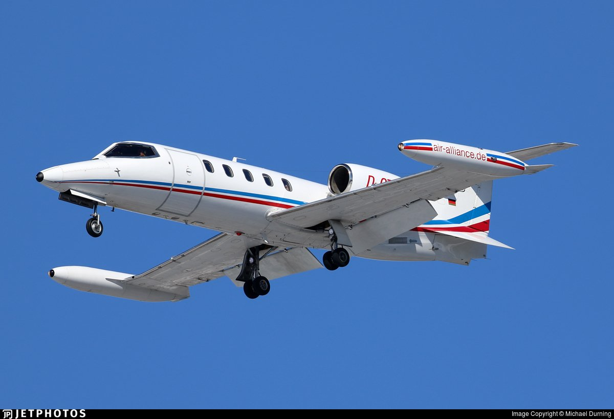 Hace unos minutos llegaba a @AeropuertoVGO @flytovigo este Learjet LJ35 de Air Alliance Express. @AeronoticiasVgo