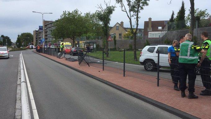 Zwaar gewonde bij ongeluk aan de Middel Broekweg Naaldwijk. De weg is tussen N213 en Pijle Tuinenweg afgezet https://t.co/jFadYPxzd7