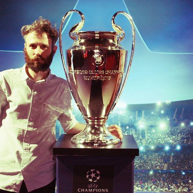 Dato che saranno anni duri, mi porto avanti e mi faccio fotografare con la Coppa dei Campioni aka UEFA Champions League. . . #milan #championsleague🏆 #acmilan #photooftheday #igersmilano #igersmilan #calcio #uefachampionleague #UCL #football #calcio … http://bit.ly/2WNvGyO