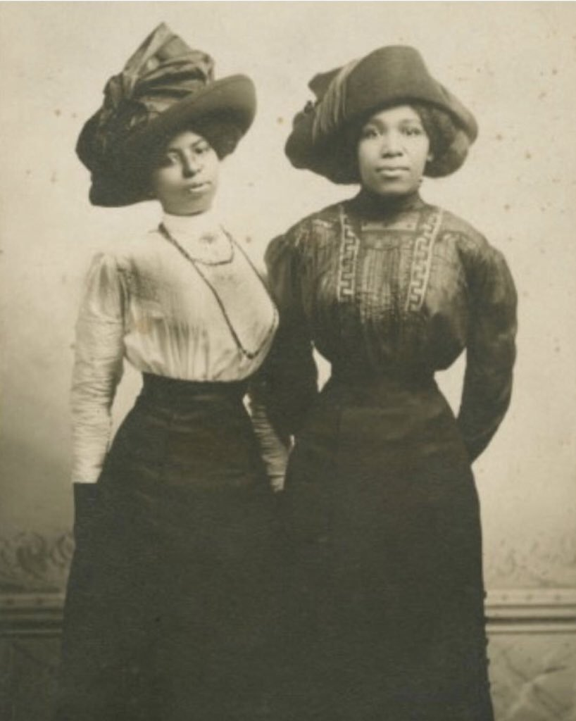Thread in light of #Juneteenth 🖤  Post civil war/early 20th century black style is not something we see often.  Harriet Tubman's great-nieces Eva Katherine Stewart Northup + Alida Maud Stewart. Harriet helped to raise them. This was at Woodrow Wilson's inauguration in 1913👇🏽