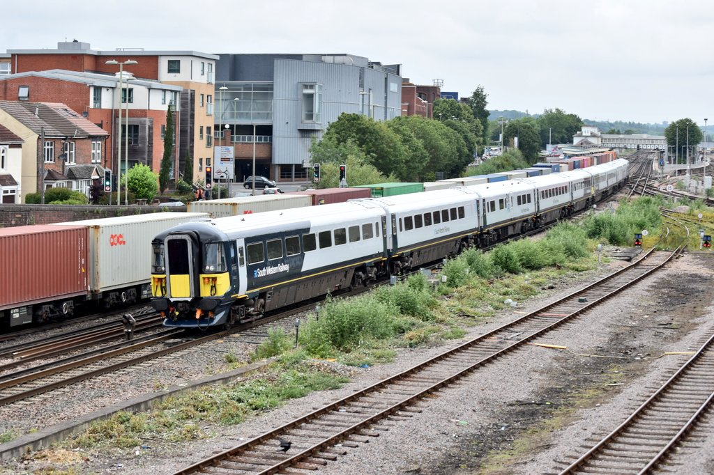 So all exams are done and dusted justice two day wait till I get results, here is @SW_Help 442420 and 442410 seen passing Eastleigh working 5Q47 London Waterloo to Bournemouth T&R.S.M.D <br>http://pic.twitter.com/SkwFxavbAQ