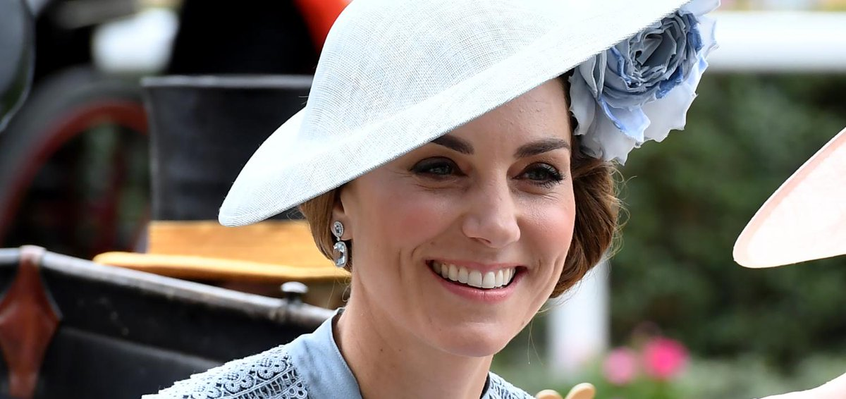 aufeminin: Kate Middleton fait sensation dans une robe bleue transparente signée Elie Saab > https://www.aufeminin.com/looks-stars/kate-middleton-s4002183.html?Echobox=1560937477#utm_medium=Social&utm_source=Twitter…