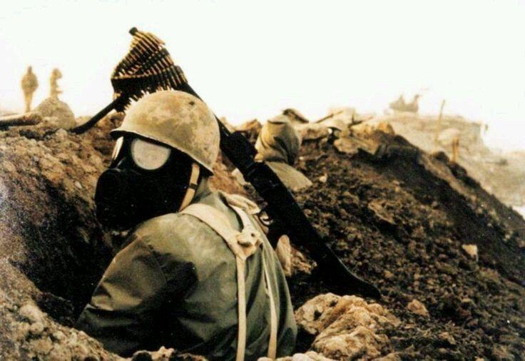 Soldado iraniano vestindo máscara de gás  durante a Guerra do Irã-Iraque (1980-1988).  Imagem: Pinterest.  #irã #iraque #guerra #guerradoirãiraque #guerrafria #gás #história #históriamilitar #iraniraqwar #war #iran #iraq #coldwar #gas #history #militaryhistory