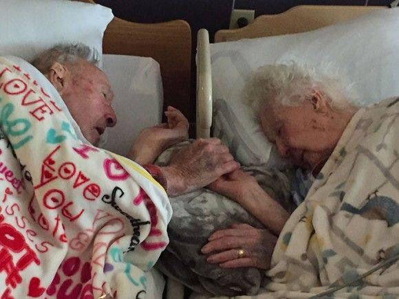 100歳の祖父と、96歳の祖母。祖母が亡くなる直前の写真。 2人は結婚77年だった。 最期まで 祖母を気遣う祖父。 素敵な ご夫婦だな…