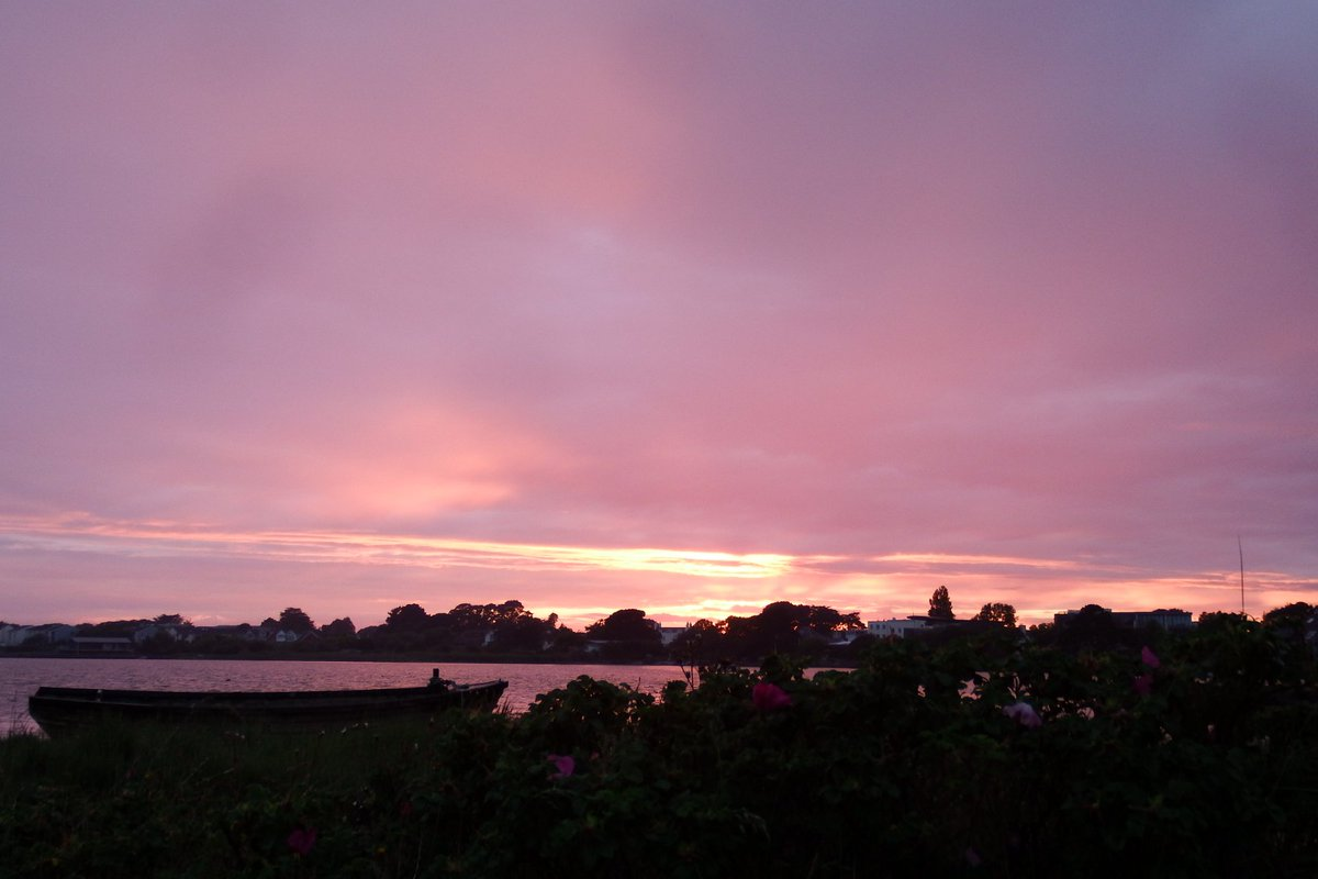 Tonight's rainy sunset glow Mudeford @BBCWthrWatchers @itvcoastcountry @StormHour @StormypicturesD @BBCEarth @MudefordRNLI @TheNoisyLobster @DorsetLifeMag @cb_edd_councils<br>http://pic.twitter.com/tBNF5fH442