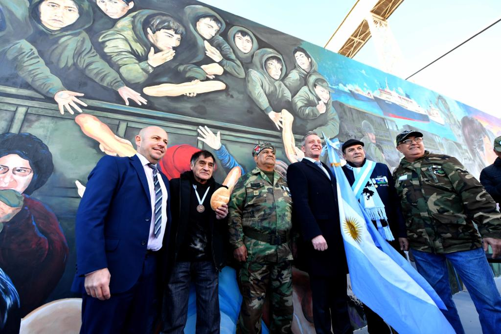 #Madryn | El Gobernador @arcionimariano junto al Intendente de la ciudad @ric_sastre y ex combatientes, inauguraron un mural en conmemoración al 37° aniversario del retorno de nuestros héroes de #Malvinas .